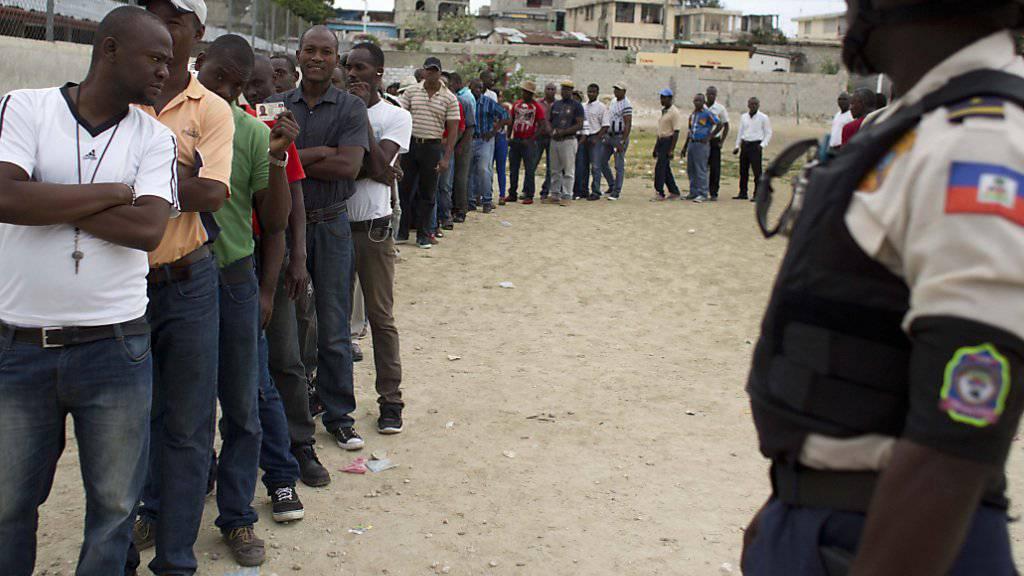 Vor einem Wahllokal in der Hauptstadt Port-au-Prince stehen die Leute an, um ihre Stimme abzugeben.