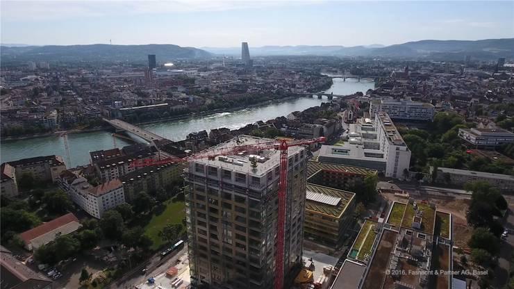 Daneben steht bereits ein neues Gebäude. Der Blick darüber und über den Roche-Turm (Januar 2019).