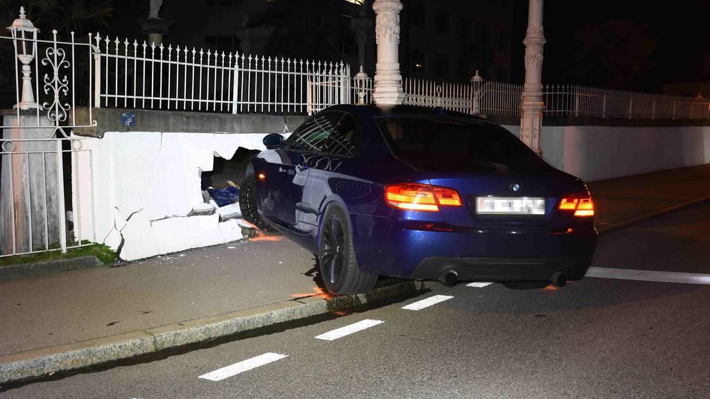 Nach BMW-Crash: In weisser Mauer klafft ein Loch