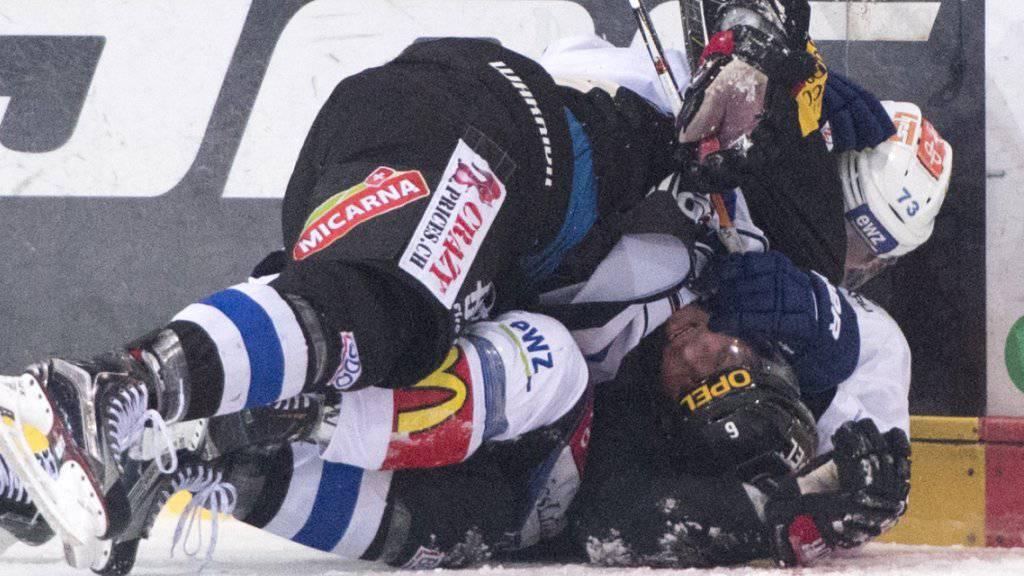 Harter Zweikampf am Boden zwischen Fribourgs Rivera (unten) und Künzle von den ZSC Lions