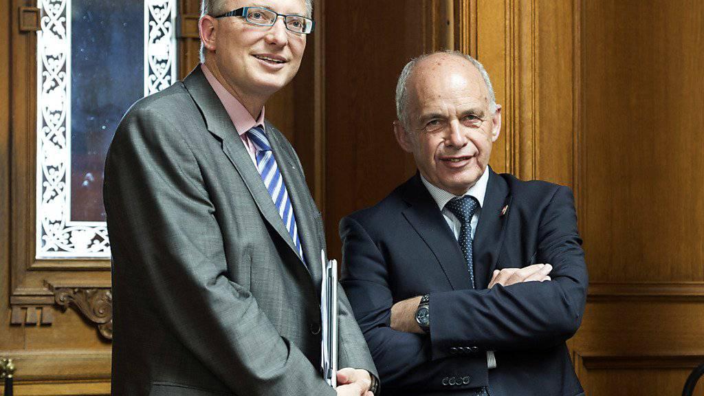 NDB-Chef Markus Seiler und sein damaliger Chef, Verteidigungsminister Ueli Maurer: Sie äusserten sich schon 2013 dazu, ob der Nachrichtendienst im Ausland zum Schutz des Finanzplatzes aktiv werden kann. (Archivbild)
