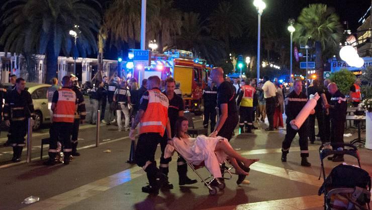 Grosseinsatz für Sanitäter: Verletzte an der Promenade des Anglais werden versorgt.