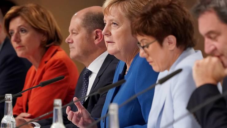 """54 Milliarden Euro will die deutsche Regierung bis 2023  für den Klimaschutz einsetzen. """"Politik ist das, was möglich ist"""", sagte Kanzlerin Angela Merkel vor den Medien."""