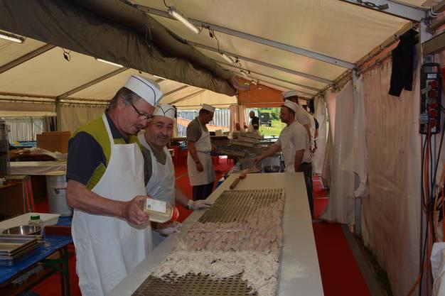 Pontoniere bei der Arbeit in der Fischküche