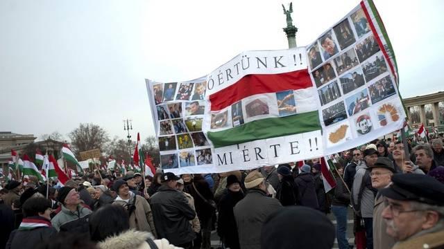 """""""Er ist für uns, wir sind für ihn"""" steht auf dem Banner der Pro-Orban-Demonstration in Budapest"""