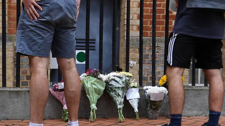 Drei Opfer bei einem Terrorangriff: Blumen im Gedenken an die Toten nahe es Tatorts in den  Forbury Gardens in Reading.