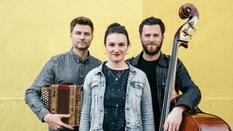 «Iheimisch» mit Simone Felber (Stimme), Adrian Würsch (Schwyzerörgeli) und Pirmin Huber (Kontrab.) tritt am 13. November auf.