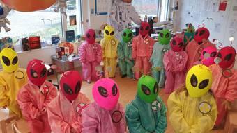 Eine Gruppe der Schuleinheit Wolfsmatt läuft als Aliens mit.