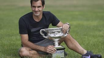 Roger Federer und der Norman Brookes Challenge Cup am Tag nach seinem 6. Sieg am Australian Open