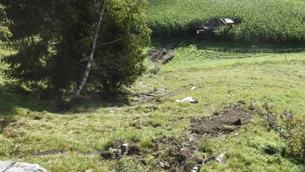 Lastwagen stürzt rund 110 Meter einen Abhang hinunter