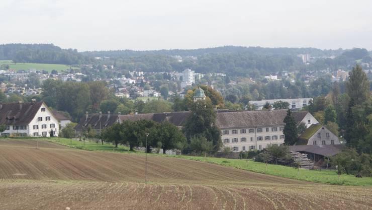 Der Gedenkstein befindet sich oberhalb des Klosters Fahr