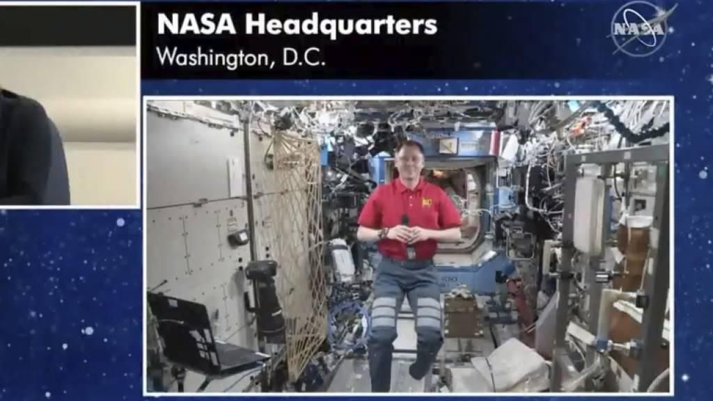 Schwerelosigkeit und Hornhaut - Brad Pitt telefoniert mit der ISS