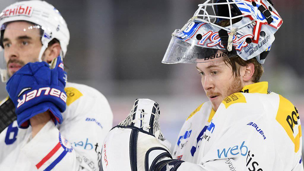 Dennis Saikkonen (rechts/im Dress von Kloten) wurde abermals von einem National-League-Klub als Aushilfs-Goalie geholt - diesmal von Biel