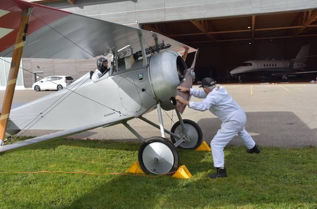 Kuno Schaub wirft den Motor zum letzten Testlauf an.