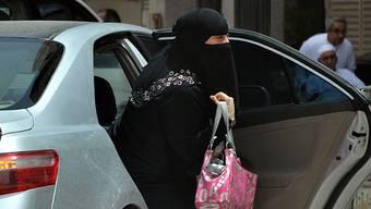 Alltag in Riad: Eine saudische Frau steigt aus einem von einem Chauffeur gelenkten Wagen. keystone
