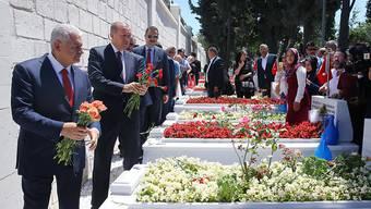 Staatspräsident Recep Tayyip Erdogan und Ministerpräsident Binali Yildirim gedenken den Opfern des Putschversuches in der Türkei vor einem Jahr.