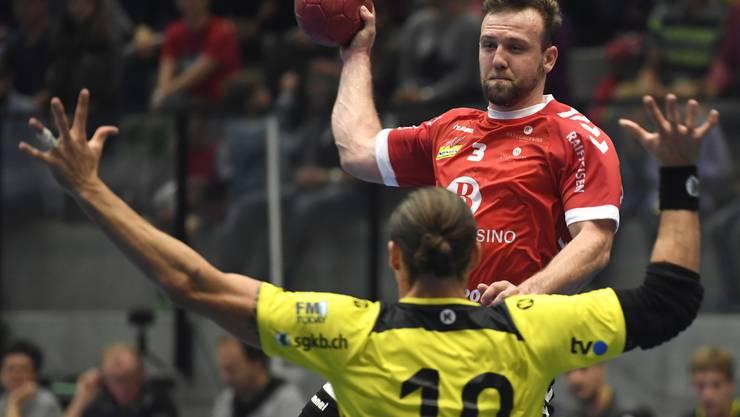 Michal Tonar (r.) versucht sich, gegen Frederic Wüstner durchzusetzen.