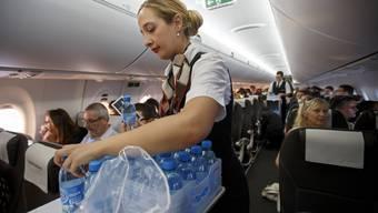 Bald gibt es bei Flügen ab Genf nur noch Wasser gratis.Bald gibt es bei Flügen ab Genf nur noch Wasser gratis.