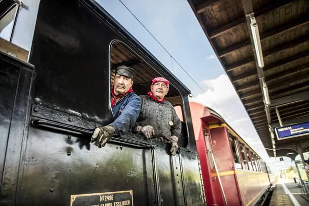 Im Nostalgiezug fahren drei Lokführer, ein Heizer und ein Zugsbegleiter mit.