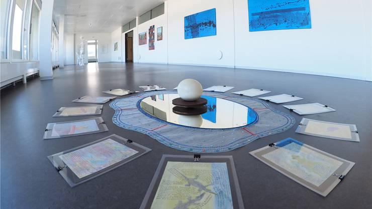 «Meditieren» und iPad-Recherche-Bilder von Adelheid Hanselmann (2015/2016), im Hintergrund sind Jörg Mollets Arbeiten «Gerichtetes Feld» zu sehen.