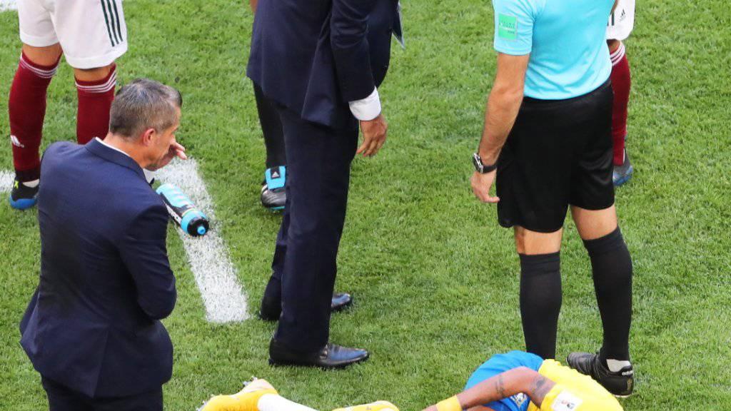 Oscar-reif: Neymar wälzt sich auf dem Boden