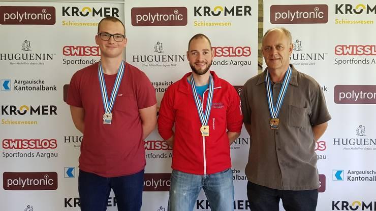 Titelverteidiger Rafael Bereuter (Mitte) liess auch in diesem Jahr im Dreistellungsmatch nichts anbrennen. Silber geht an Ivan Füglister (links), Bronze sicherte sich Hans Häseli.