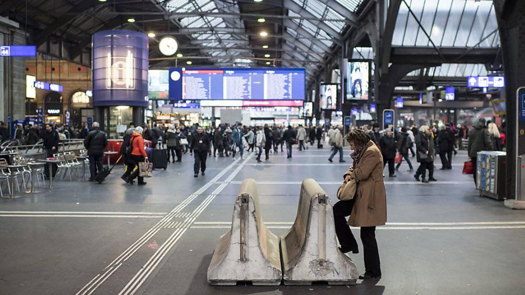 Eine junge Frau ist am Sonntagmorgen auf das Dach des Zürcher Hauptbahnhofes geklettert und heruntergestürzt - sie war auf der Stelle tot. (Archivbild)