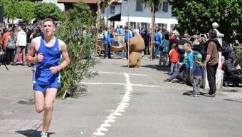 Pascal Neuenschwander war der Sieger des diesjährigen Eierlesens. Im Hintergrund die historischen Figuren.