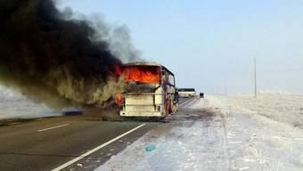 Der Reisebus brannte in der schneebedeckten kasachischen Steppe vollständig aus.