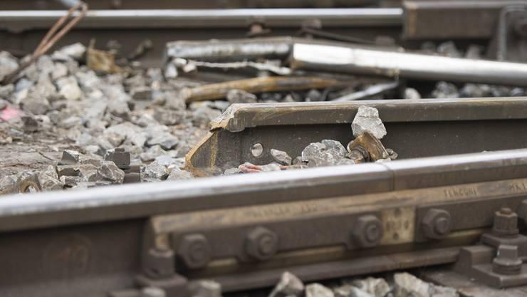 Bei dem Unfall war das vordere Drehgestell eines leeren Kesselwagens entgleist und bis zum Anhalten rund 1,5 Kilometer neben den Schienen gefahren.