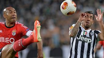 Benficas Luisao (links) klärt gegen Juves Carlos Tevez