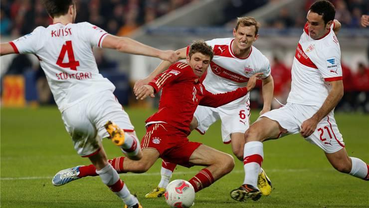Bayerns Thomas Müller wird vom VfB mit vereinten Kräften gestoppt.key