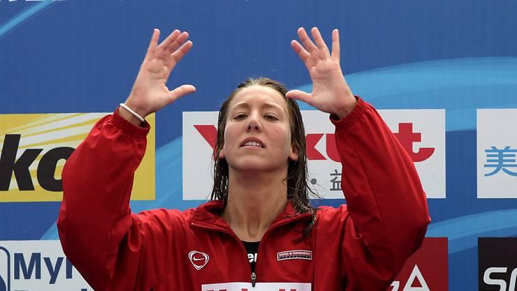 Die siegreiche Open-Water-Schwimmerin Swann Oberson auf dem WM-Podest über 5 km in Schanghai 2011