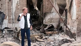 Im Oktober 2015 bombardierte ein US-Kampfjet im afghanischen Kunduz ein Spital von «Ärzte ohne Grenzen». Generaldirektor Christopher Stokes steht inmitten der Trümmer.