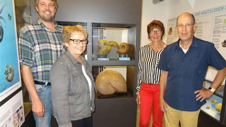 Übergabe des ungewöhnlich grossen Ammoniten von Christine und Hans Peter Schmid (rechts) an die Vertreter des Vereins Eisen und Bergwerke, Ruth Reimann und Stefan Schraner.
