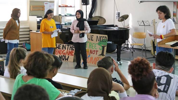 Salsabil El Omami, Eveline Heinrich, Rawan Musbah und Ruken Özcan (vl.) klärten ihre Mitschülerinnen und Mitschüler über den Klimawandel auf.