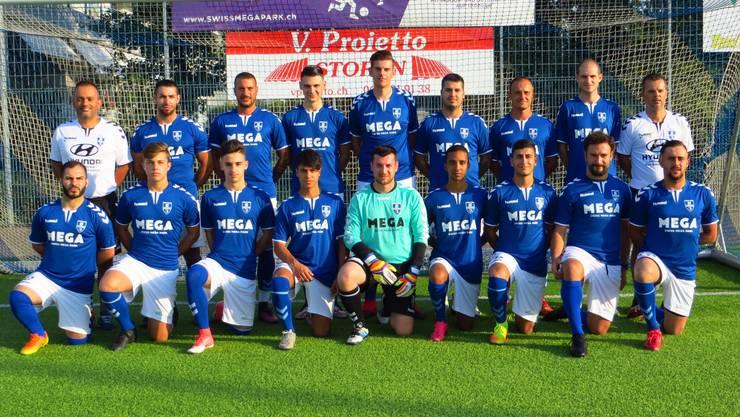 Die 4. Liga Mannschaft mit dem Trainer Angelo Cardoso (rechts) und Co Trainer Rui Manuel Cardoso (ganz links) und abwesend wegen Ferienabwesenheit Ante Palesko