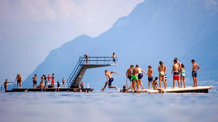 Ab Dienstag, den 23. Juni, erwartet die Schweizer Bevölkerung das klassische Sommerwetter: Badende am Genfersee bei Lutry im Sommer 2018.