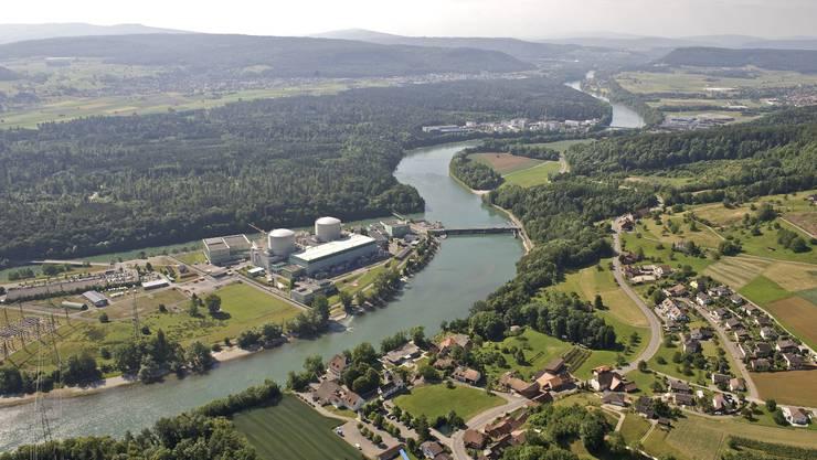 Neben den alten Blöcken ist das neue Kraftwerk auf der Beznau-Insel geplant. Rechts Böttstein, im Hintergrund Zwilag, PSI West und Ost. Foto: Axpo