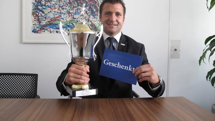 Torschützenkönig 2011/12, Binningen-Stürmer Philippe Becker nimmt seinen Pokal und den bz Gutschein entgegen.