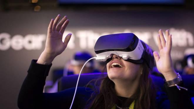 Willkommen in der virtuellen Welt: Wer erst einmal eine VR-Brille aufhat, wird vom Erlebnis überwältigt . Foto: Keystone