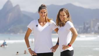 Vor dem Start des Beachvolleyball-Turniers entspannt: Joana Heidrich (links) und Nadine Zumkehr, eines von zwei Schweizer Duos