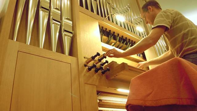 Und so klingt sie: Orgelbauer Daniel Rüegg spielt auf der neuen Orgel.
