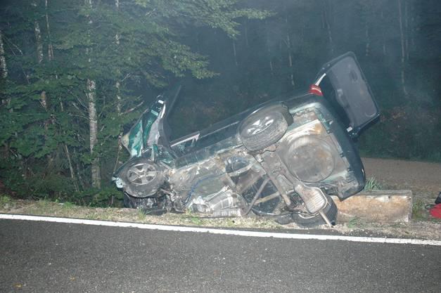 Der Unfallwagen kam auf der Seite liegend zum Stillstand.