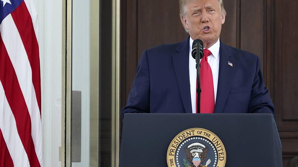 Donald Trump (l), Präsident der USA, spricht bei einer Pressekonferenz im nördlichen Portikus des Weißen Hauses. Foto: Patrick Semansky/AP/dpa