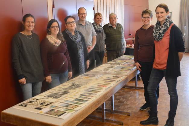 Impressionen von der Vernissage der 50. Dorfchronik RückblendeWölflinswil und Oberhof (von links): Sarah Buchmann, Seraja Seibt, Martina Schütz, Linus Hüsser, Gabi Reimann-Treier, Peter Bircher, Jasmin Koch und Petra Münger.