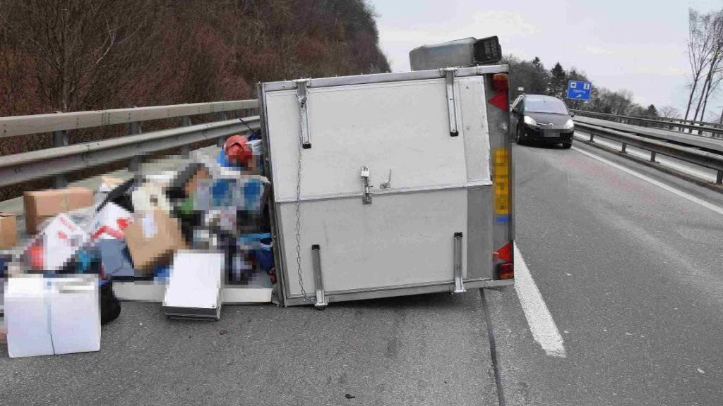 Bei einem Unfall ist auf der A2 hinter dem Belchentunnel in Richtung Luzern ein Autoanhänger umgekippt.