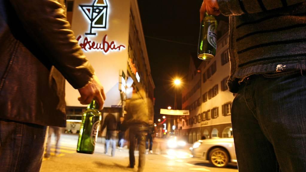 In den Churer Strassen darf auch nach Mitternacht Alkohol getrunken werden. (Archiv)