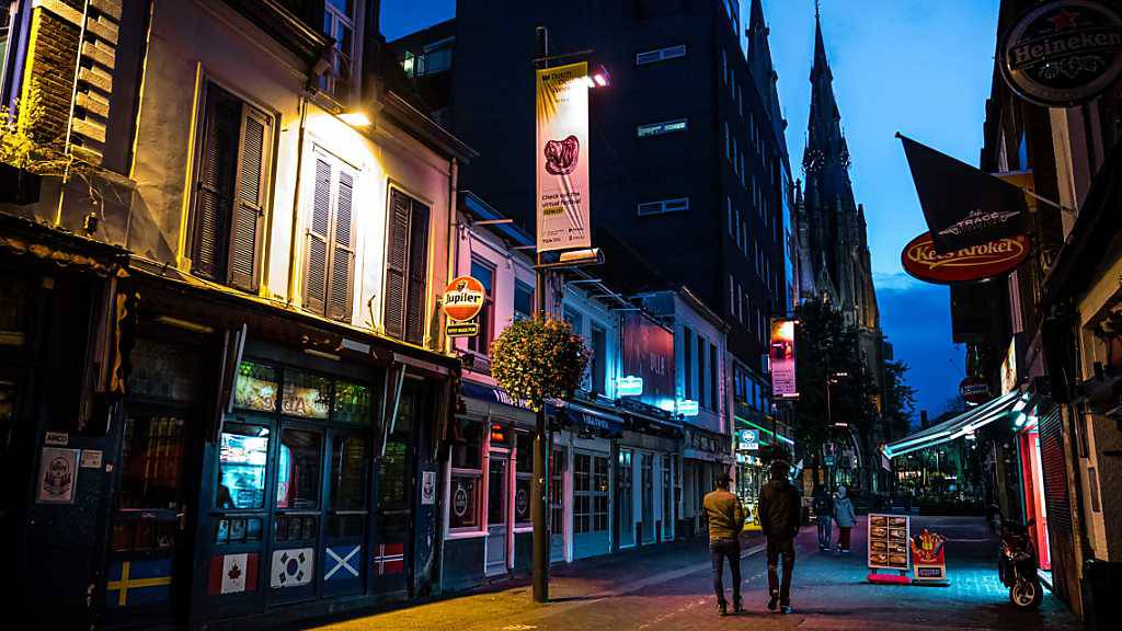 Fast menschenleer ist eine Kneipenstraße in Eindhoven Mitte Oktober. Foto: Rob Engelaar/ANP/dpa