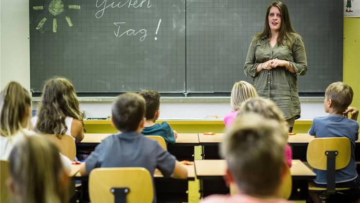 Fachlehrerin Stephanie Müller begrüsst die vierte Klasse von Fabienne Sax im neuen Schuljahr.